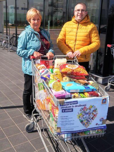 Karitas in Hofer zbirata izdelke za pomoč otrokom in družinam v stiski